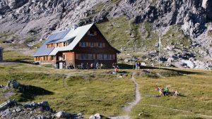 Eine gemütliche Stimmung auf der Terrasse der Göppinger Hütte im Sommer